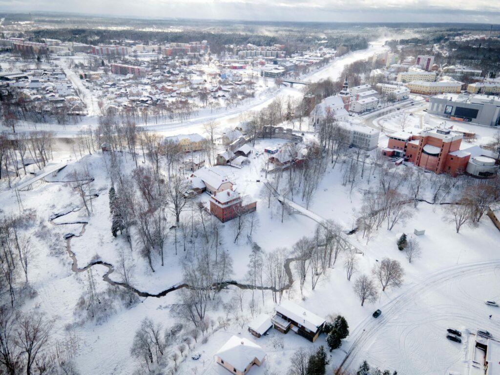 Pilsētas un pils ziemeļu pusi veido Rātsupīte jeb Bīskapa grāvis
